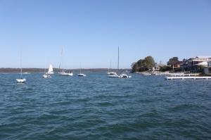 Yacht berjejer menambar kecantikan Lake Macquarie